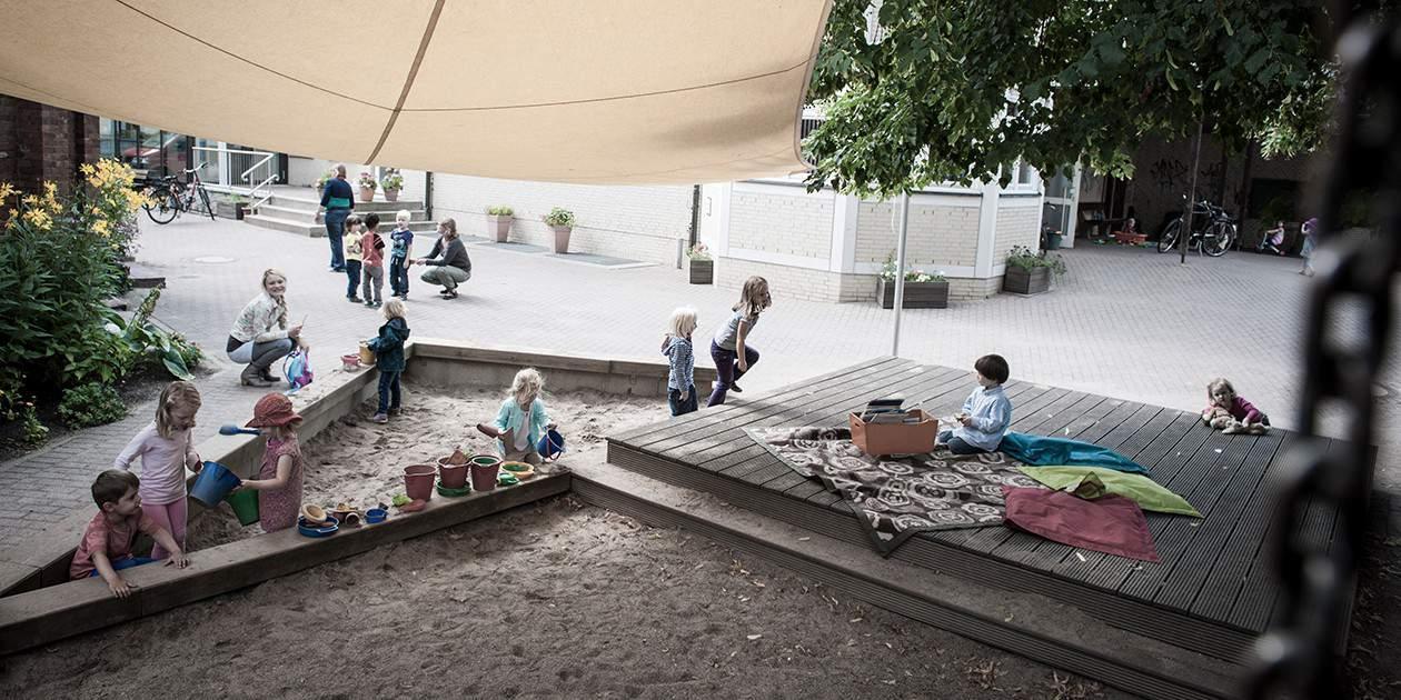 Das Gelände der St. Marien Kita ist trotz zentraler Lage verkehsrsicher und bietet viele Spielgeräte.